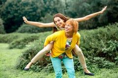 Retrato da mãe com sua filha no parque fotos de stock royalty free