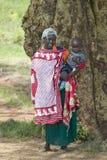 Retrato da mãe e do bebê do Masai na toga vermelha tradicional na tutela dos animais selvagens de Lewa em Kenya norte, África Imagem de Stock