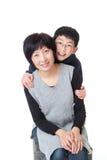 Retrato da mãe e do filho asiáticos na pose jovial imagens de stock