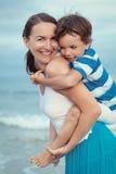 Retrato da mãe e do filho felizes no mar Fotografia de Stock