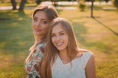 Retrato da mãe e da filha felizes e sorrindo Foto de Stock Royalty Free