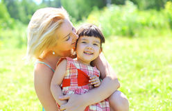 Retrato da mãe feliz e da criança de sorriso que têm o divertimento junto Fotos de Stock Royalty Free