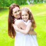 Retrato da mãe feliz e da criança de sorriso que têm o divertimento junto Fotografia de Stock