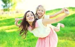 Retrato da mãe feliz e da criança junto que têm o divertimento Imagens de Stock