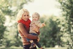 Retrato da mãe feliz e da criança que jogam e que têm o divertimento Fotos de Stock