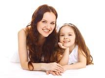 Retrato da mãe feliz e da filha de sorriso que têm o divertimento Foto de Stock