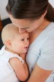 Retrato da mãe que guarda o bebê perto de sua caixa Imagem de Stock Royalty Free
