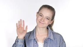 Retrato da mão de ondulação da jovem mulher ocasional a dar boas-vindas video estoque