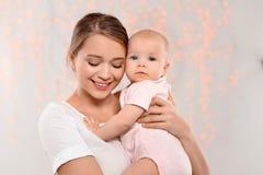 Retrato da m?e feliz com seu beb? imagens de stock