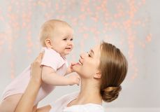 Retrato da m?e feliz com seu beb? imagem de stock