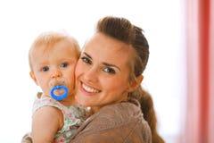 Retrato da matriz bonita com seu bebê fotografia de stock