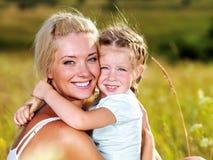 Retrato da matriz e da filha ao ar livre Foto de Stock Royalty Free
