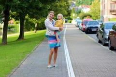 Retrato da matriz e da filha ao ar livre imagem de stock