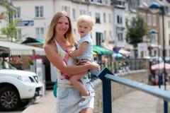 Retrato da matriz e da filha ao ar livre imagens de stock