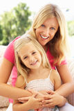 Retrato da matriz e da filha que relaxam no sofá fotografia de stock royalty free