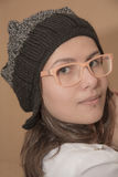 Retrato da menina à moda no chapéu feito malha com vidros engraçados foto de stock