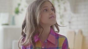 Retrato da menina adolescente bonito com o cabelo longo bonito que faz as caras a sua mãe Relacionamento amigável entre a mamã video estoque