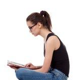 Retrato da menina adolescente com um livro Fotografia de Stock Royalty Free