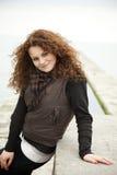 Retrato da menina adolescente curly bonita em ao ar livre Imagem de Stock