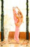 Retrato da menina adolescente da dança no terno do leste imagem de stock royalty free