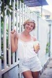 Retrato da menina adolescente de sorriso feliz nova da mulher - exterior em n fotos de stock royalty free
