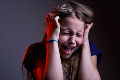 Retrato da menina adolescente gritando infeliz Fotografia de Stock
