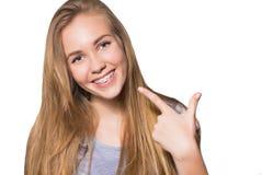 Retrato da menina adolescente que mostra cintas dentais Imagem de Stock Royalty Free