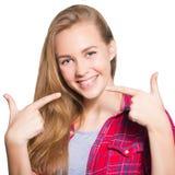 Retrato da menina adolescente que mostra cintas dentais Fotos de Stock Royalty Free