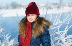 Retrato da menina adorável fora no dia de inverno frio Fotografia de Stock Royalty Free