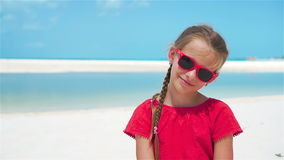 Retrato da menina adorável na praia durante férias de verão Movimento lento filme