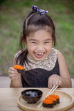 Retrato da menina adorável que come o sushi imagens de stock