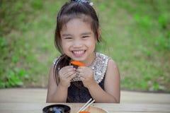 Retrato da menina adorável que come o sushi imagens de stock royalty free