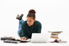 Retrato da menina africana nova com o portátil sobre o fundo branco Fotografia de Stock