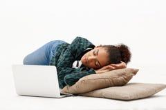 Retrato da menina africana nova com o portátil sobre o fundo branco Imagem de Stock Royalty Free