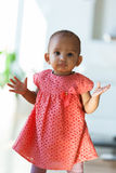 Retrato da menina afro-americano pequena que sorri - preto imagem de stock royalty free