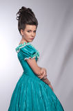 Retrato da menina antiquado no vestido ciano foto de stock