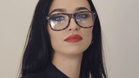 Retrato da menina apaixonado nos vidros com olhos grandes e os bordos vermelhos lentamente vídeos de arquivo
