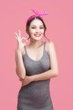 Retrato da menina asiática com sorriso bonito no estilo do pinup com han imagem de stock
