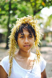 Retrato da menina asiática nova que joga com alga na praia fotografia de stock
