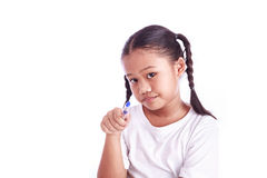 Retrato da menina asiática nova que mantém uma pena isolada no branco Fotografia de Stock Royalty Free