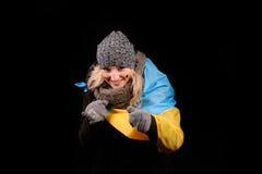 Retrato da menina atrativa com bandeira ucraniana Imagem de Stock