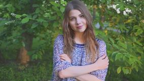 Retrato da menina atrativa nova com um sorriso bonito o modelo olha a câmera e o sorriso menina em um verão brilhante filme