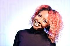 Retrato da menina bonita africana bonita com o hai magnífico encaracolado vermelho foto de stock