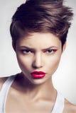 Retrato da menina bonita com bordos vermelhos fotos de stock royalty free