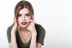 Retrato da menina bonita com bordos vermelhos imagem de stock