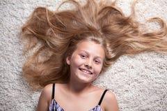 Retrato da menina bonita com cabelo longo. Fotografia de Stock Royalty Free
