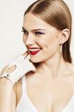 Retrato da menina bonita com cabelo louro que sorri no fundo branco Fotografia de Stock