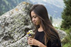 Retrato da menina bonita com flores Foto de Stock Royalty Free