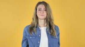 Retrato da menina bonita com frustração e raiva no fundo amarelo filme