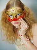 Retrato da menina bonita com máscara do carnaval fotografia de stock